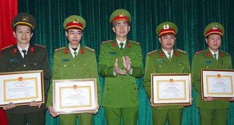 Khen thưởng các đơn vị, cá nhân lập công xuất sắc