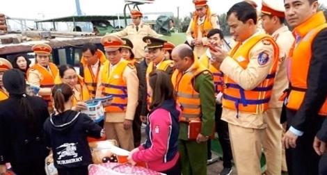 Cảnh sát Đường thủy Hải Phòng mang Tết sớm đến người nghèo làng chài