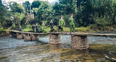 Lính trẻ về bản làng xa