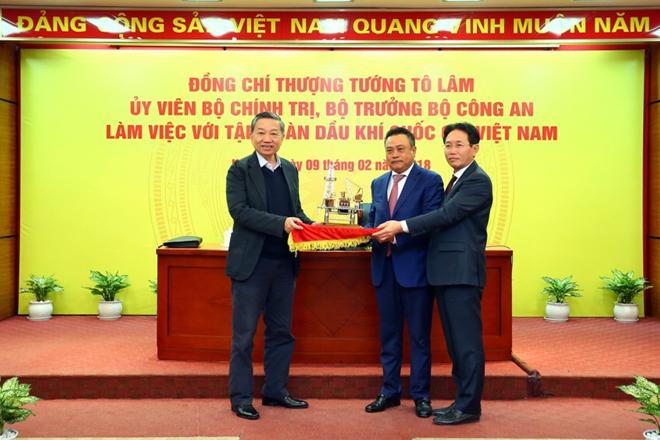Lãnh đạo PVN tặng quà lưu niệm cho Thượng tướng Tô Lâm, Bộ trưởng Bộ Công an.
