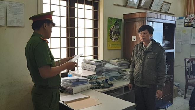 Điều tra viên Cơ quan CSĐT Công an Phú Yên công bố quyết định khởi tố bị can và lệnh bắt tạm giam Huỳnh Ngọc Tuấn. Ảnh : TNO