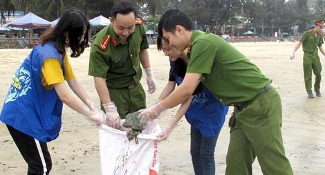 Chung tay làm sạch môi trường bãi biển