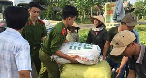 """Đoàn viên Thanh niên Công an giúp nông dân """"giải cứu"""" ớt"""