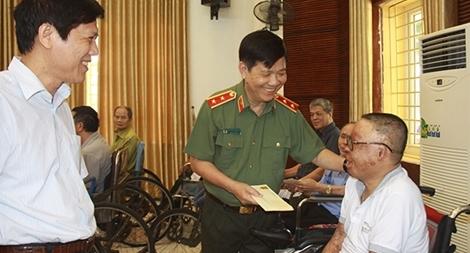 Bộ Công an thăm hỏi, tặng quà các thương bệnh binh tại Bắc Ninh