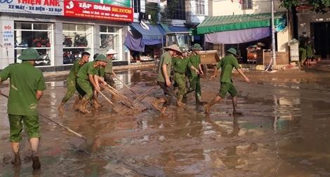 Nhiều chiến sĩ Công an bỏ nhà trong lũ cùng đồng đội cứu dân