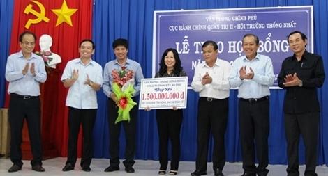 Phó Thủ tướng Trương Hòa Bình tặng quà hộ nghèo biên giới Tây Ninh