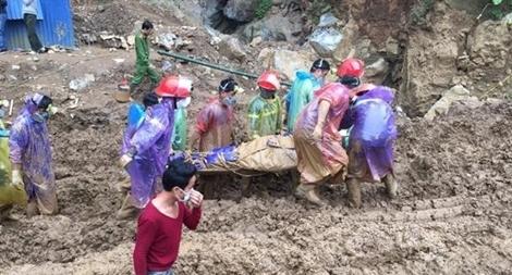 Cảnh sát vật lộn với bùn ống, hang sâu tìm kiếm nạn nhân sập hầm đào vàng
