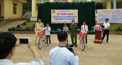 CSGT huyện Yên Thủy, Hòa Bình tặng xe đạp cho học sinh nghèo vượt khó