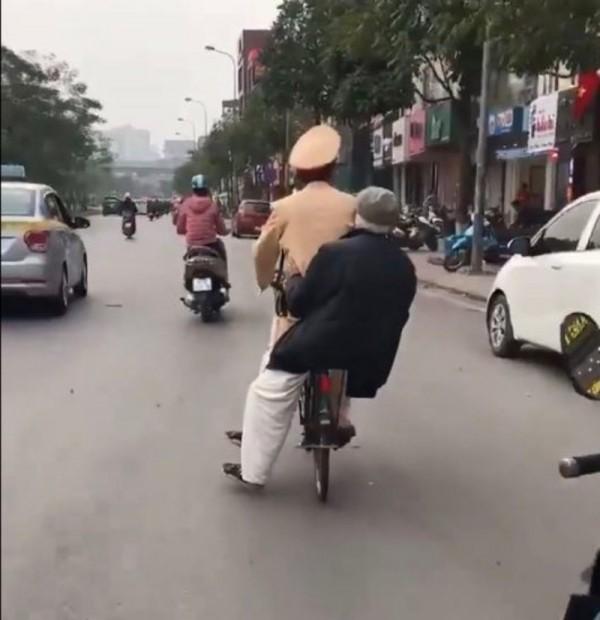 Những việc làm bình dị mà cao quý của cảnh sát giao thông - Ảnh minh hoạ 10