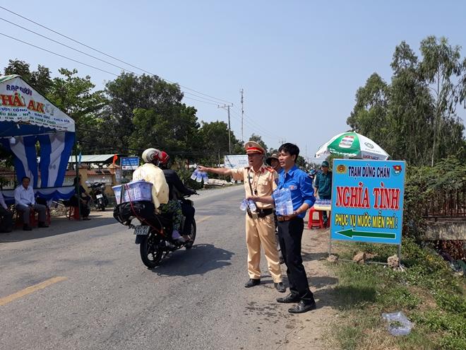 Những việc làm bình dị mà cao quý của cảnh sát giao thông - Ảnh minh hoạ 2