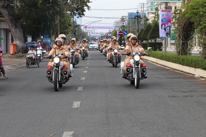 Những việc làm bình dị mà cao quý của cảnh sát giao thông