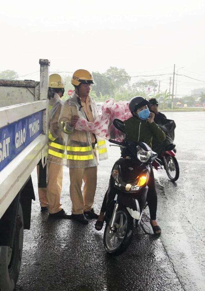 Những việc làm bình dị mà cao quý của cảnh sát giao thông - Ảnh minh hoạ 6