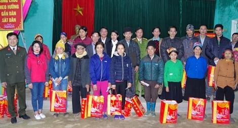 Tặng quà cho các gia đình chính sách tại Hà Giang
