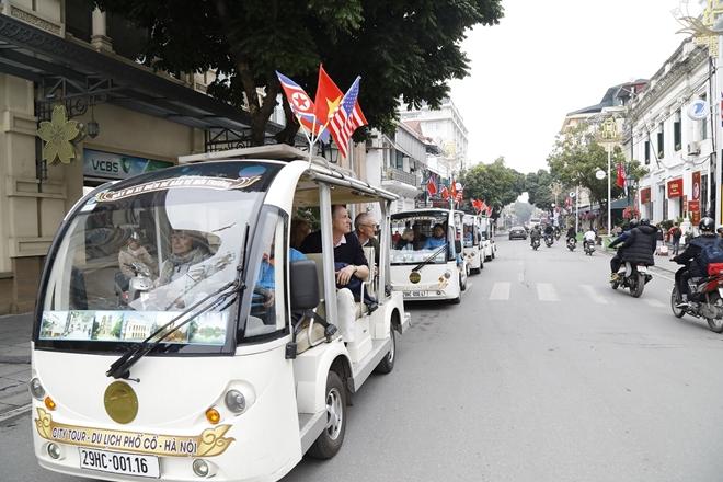 Cuộc sống của người dân và du khách quốc tế đến với Hà Nội những ngày này vẫn diễn ra bình yên như thường nhật.
