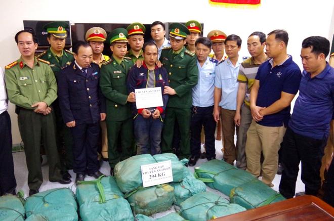 Đối tượng Briachear Vangchueyang bị bắt cùng 294 kg ma túy tổng hợp.