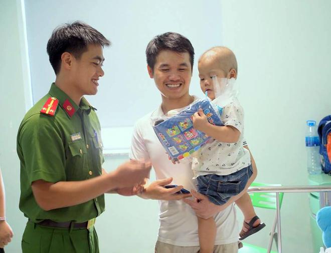 Phòng CSĐT tội phạm về ma túy CA Hà Nội tặng quà bệnh nhi ung thư - Ảnh minh hoạ 3