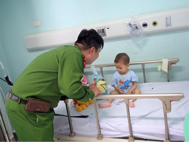 Phòng CSĐT tội phạm về ma túy CA Hà Nội tặng quà bệnh nhi ung thư - Ảnh minh hoạ 2