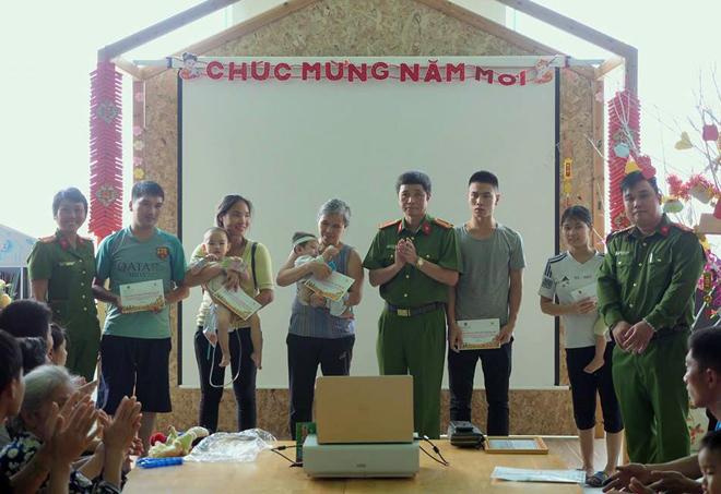 Phòng CSĐT tội phạm về ma túy CA Hà Nội tặng quà bệnh nhi ung thư