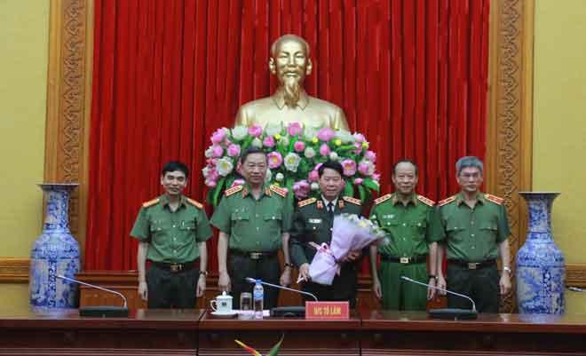 Trao huy hiệu 40 năm tuổi Đảng tặng Thượng tướng Bùi Văn Nam - Ảnh minh hoạ 2