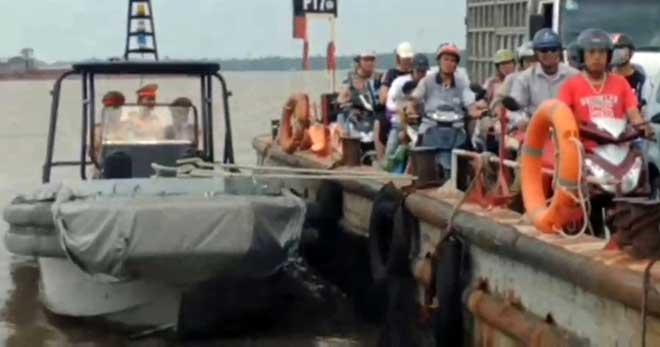 Cảnh sát đường thủy hỗ trợ hơn 3 nghìn công nhân về nhà tránh bão