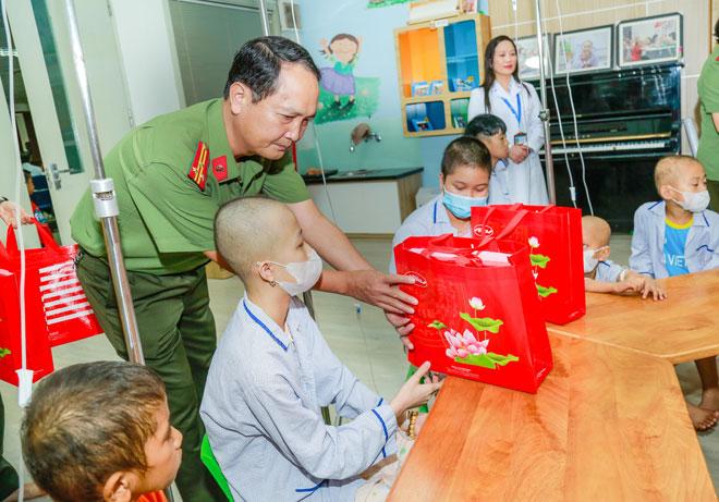 Học viện ANND tặng quà trung thu cho bệnh nhi ung thư - Ảnh minh hoạ 2