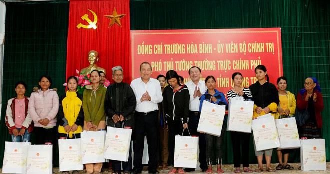 Phó Thủ tướng Thường trực tặng quà Tết đồng bào nghèo Quảng Trị