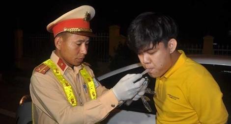"""Kiểm tra nồng độ cồn """"xuyên Tết"""" trên cao tốc Đà Nẵng – Quảng Ngãi"""