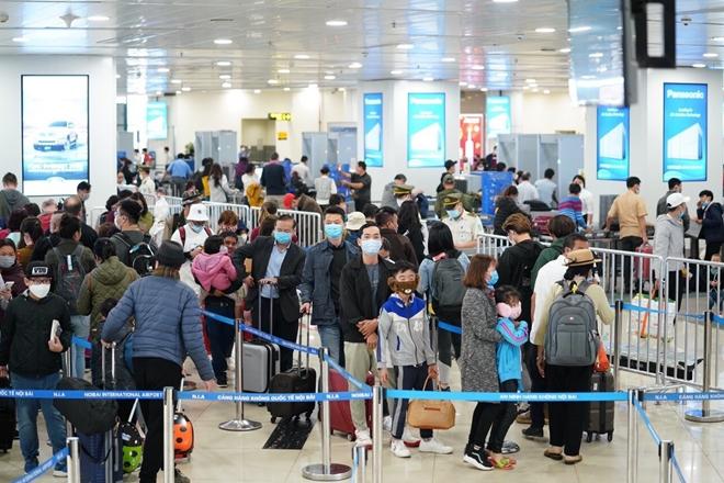 """Người dân ra sân bay không nên """"quên"""" đeo khẩu trang."""