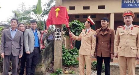 """CSGT Lạng Sơn: """"Thắp sáng đường thôn"""" và tặng quà gia đình chính sách"""