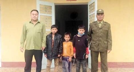 Công an xã giúp 3 cháu bé bị lạc về với gia đình