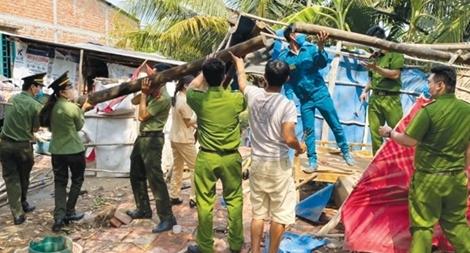 Công an huyện Bến Lức giúp đỡ người dân bị thiệt hại do mưa giông