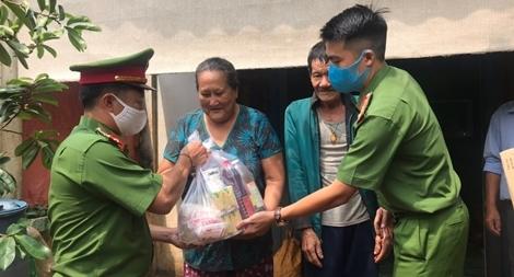Công an huyện Đắk R'lấp tặng 26 suất quà cho các gia đình hộ nghèo