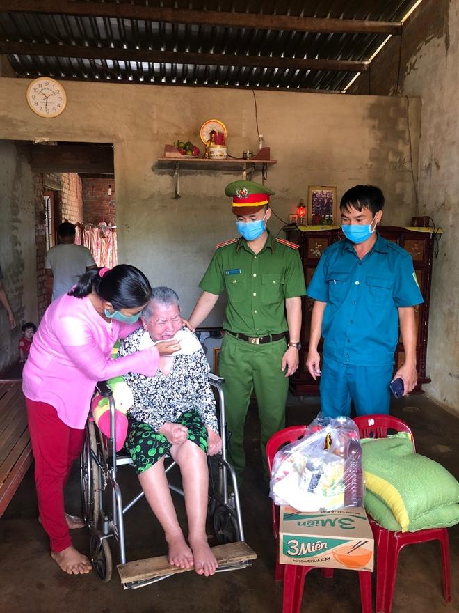 Công an huyện Đắk R'lấp tặng 26 suất quà cho các gia đình hộ nghèo - Ảnh minh hoạ 2
