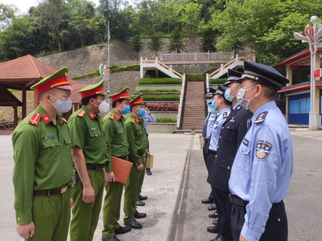 Bàn giao đối tượng truy nã đặc biệt nguy hiểm cho Công an Trung Quốc