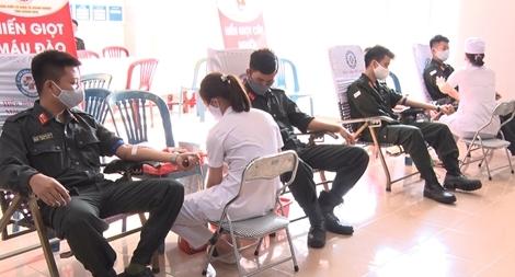Cảnh sát cơ động hiến máu cứu người giữa mùa dịch COVID-19
