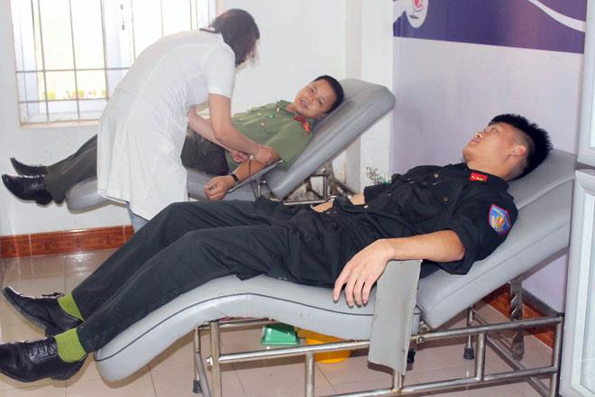 Hiến máu kịp thời, cứu sống người dân