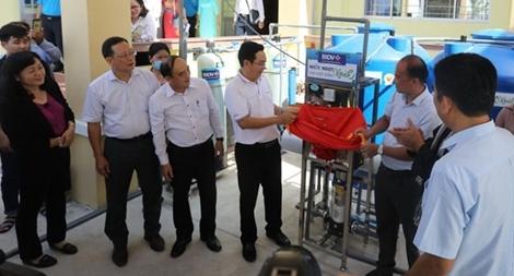 BIDV ủng hộ đồng bào 5 tỉnh ĐBSCL 13.300 bồn chứa nước và 39 máy lọc nước