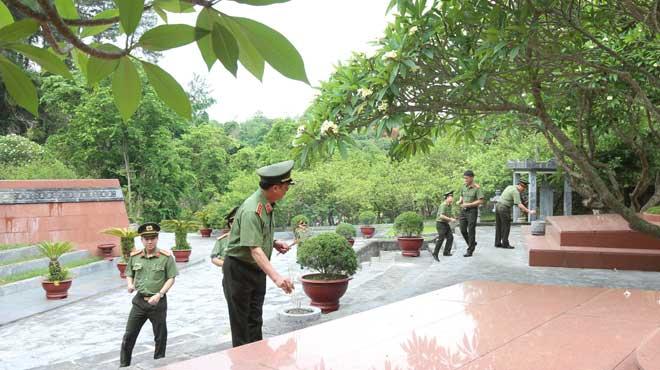 Thứ trưởng Nguyễn Văn Thành viếng Nghĩa trang liệt sĩ Nhà tù Sơn La - Ảnh minh hoạ 2
