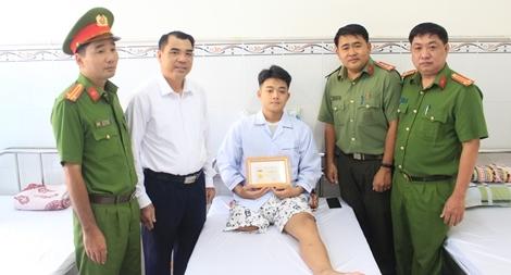Chiến sĩ CSCĐ dũng cảm nhận danh hiệu Thanh niên tiên tiến làm theo lời Bác