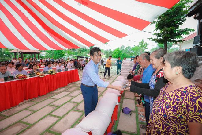 Trao 600 suất quà cho người nghèo tại huyện Vĩnh Thuận - Ảnh minh hoạ 3