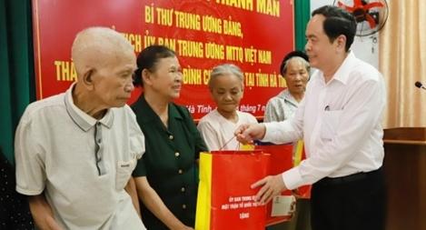 Đồng chí Trần Thanh Mẫn tặng quà gia đình chính sách ở Can Lộc, Hà Tĩnh