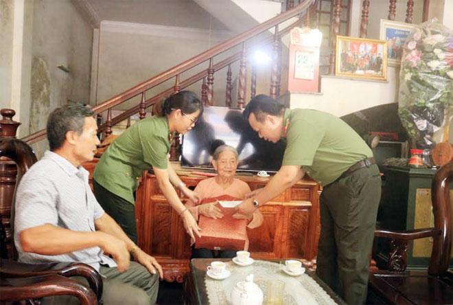 Công an tỉnh Bắc Kạn tặng quà nhân Ngày Thương binh liệt sỹ