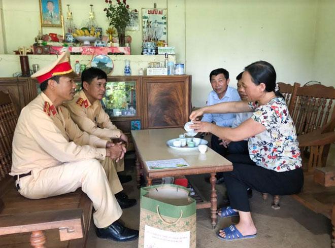 Công an tỉnh Sơn La thăm, trao quà các gia đình thương binh, liệt sỹ