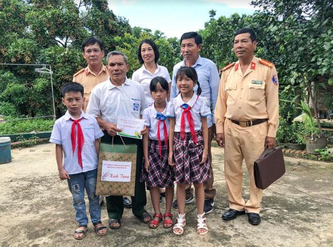 Công an tỉnh Sơn La thăm, trao quà các gia đình thương binh, liệt sỹ - Ảnh minh hoạ 2