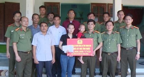 Trao 222 triệu đồng hỗ trợ xây nhà cho thân nhân cán bộ chiến sĩ