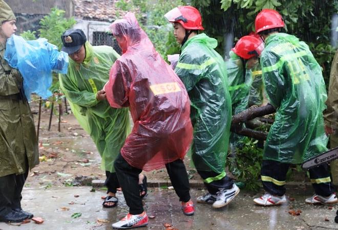 Tập trung giúp dân khắc phục hậu quả bão số 5