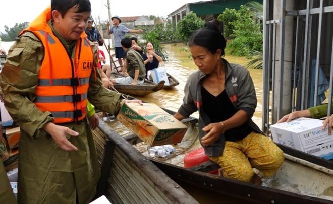 Vượt lũ đưa lương thực, nước sạch đến với người dân - Ảnh minh hoạ 5