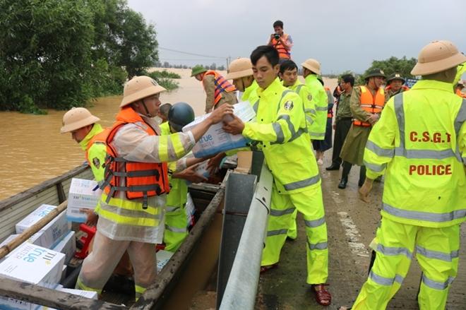 Vượt lũ đưa lương thực, nước sạch đến với người dân