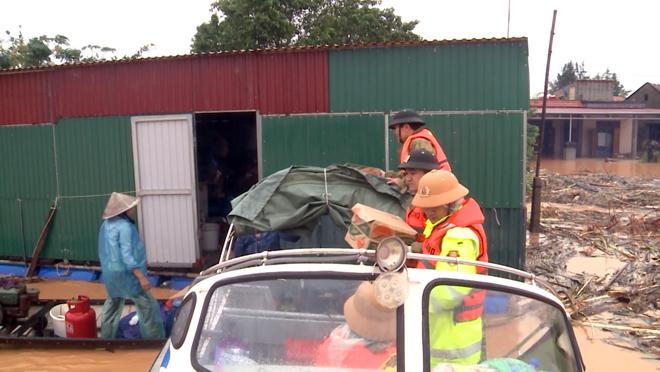 Tiếp tục khẩn trương ứng cứu, giúp đỡ người dân trong vùng đỉnh lũ - Ảnh minh hoạ 3