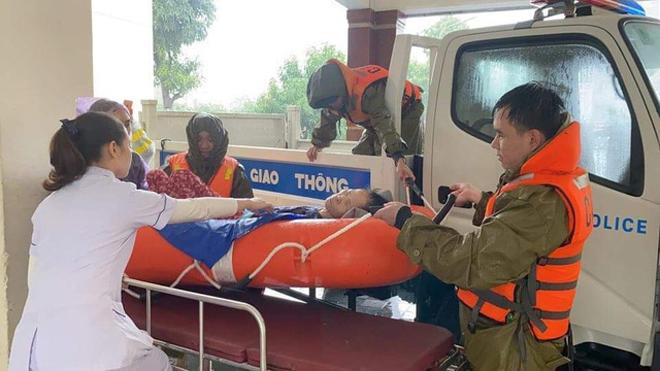 Công an Hà Tĩnh vượt lũ giúp các bệnh nhân và sản phụ - Ảnh minh hoạ 2